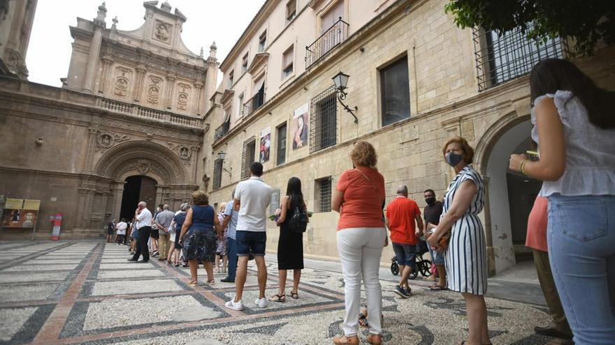 Colas para venerar a la Virgen de la Fuensanta, que se queda en la Catedral