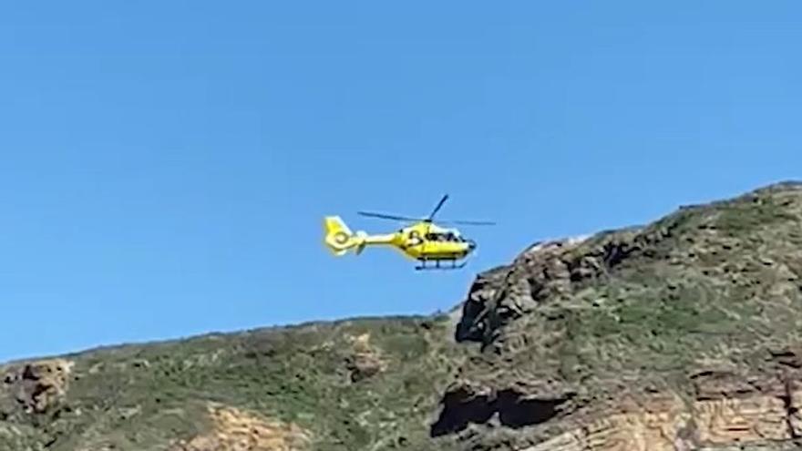 Espectacular rescate en helicóptero de un parapentista atrapado junto a la playa de Xagó