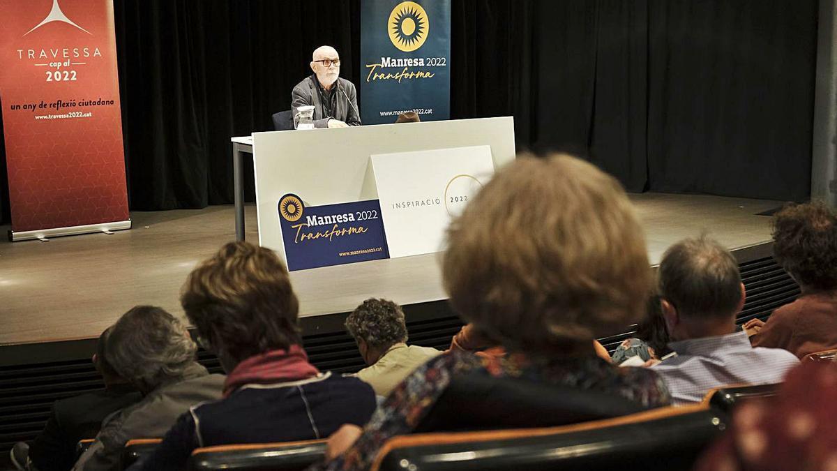 Eudald Carbonell va omplir ahir l'Espai Plana de l'Om de Manresa   ÀLEX GUERRERO