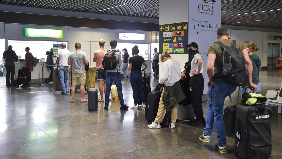 Turistas en el aeropuerto de Gran Canaria.