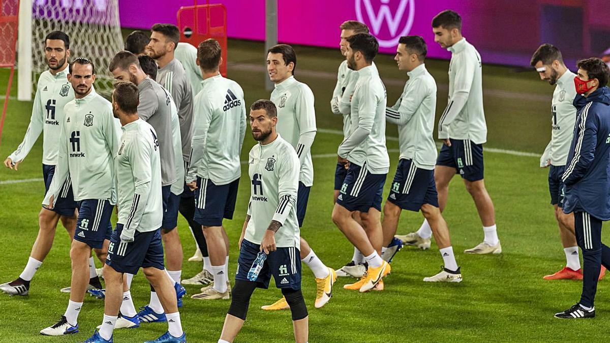 Los jugadores de la selección, al comienzo del entrenamiento de ayer.    // EFE