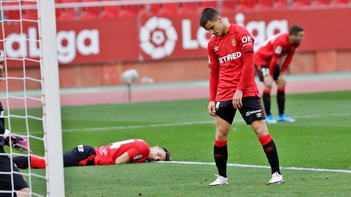 Los jugadores del Mallorca, cabizbajos tras perder en casa con el Espanyol. | GUILLEM BOSCH (DIARIO MALLORCA)