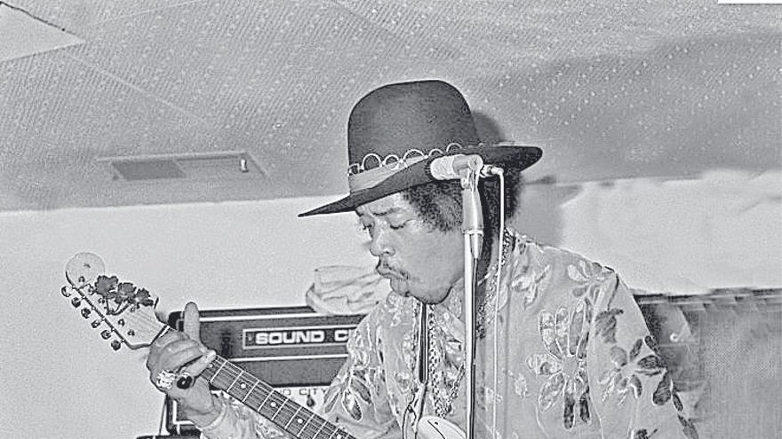 Jimi Hendrix,  «cuatro disparos» bastaron para captar a una leyenda de la música en Sgt. Peppers.