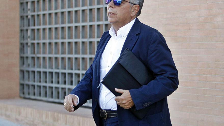 El juez sienta en el banquillo al exalcalde  de Moncada por estafa y prevaricación