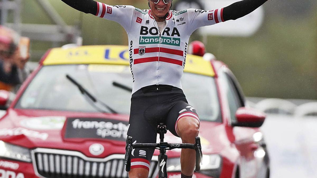 Patrick Konrad celebra su triunfo al cruzar la linea de meta en la decimosexta etapa del Tour.    // EFE