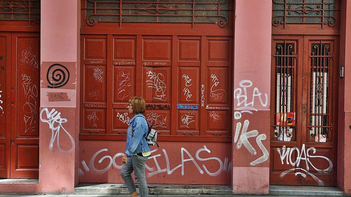 Grafitis en una pared de la calle Orzán.