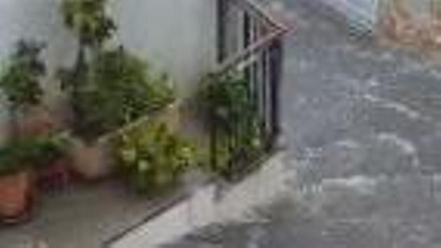 Una tromba de agua inunda las calles de Confrides