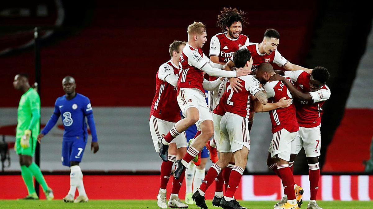 Los jugadores del Arsenal celebran un gol ante el Chelsea en el derbi londinense.    // REUTERS