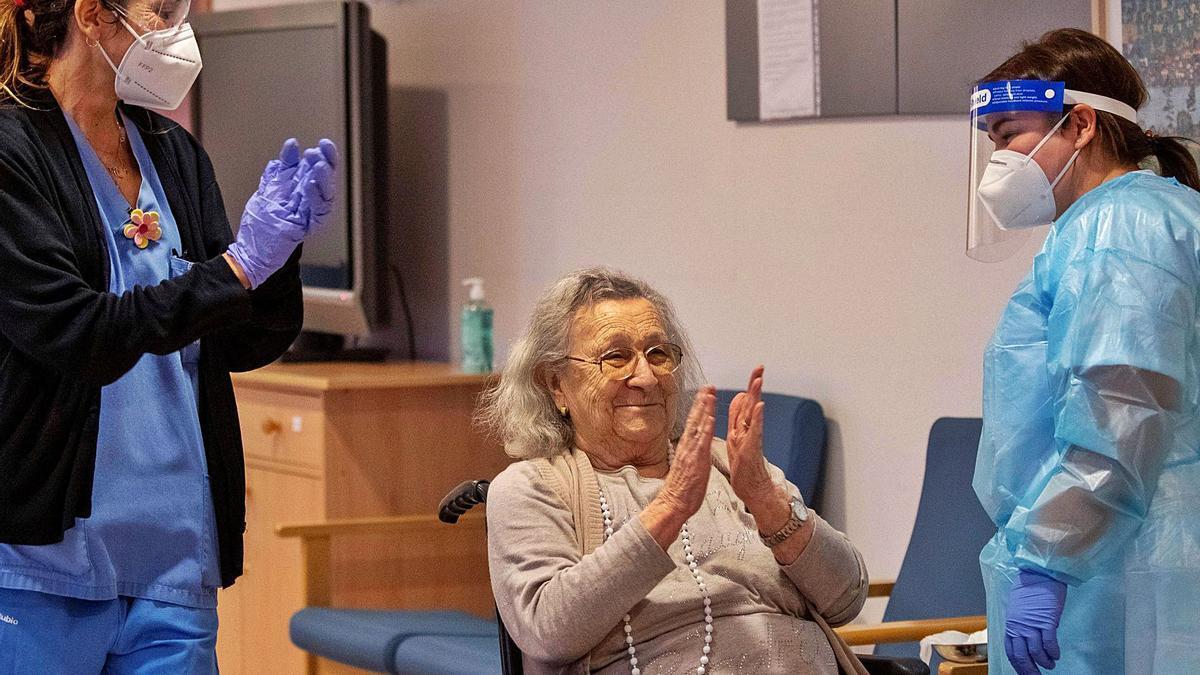 Avelina Serrano secunda los aplausos de los sanitarios de la residencia Oms-Sant Miquel tras recibir la primera vacuna contra la covid.