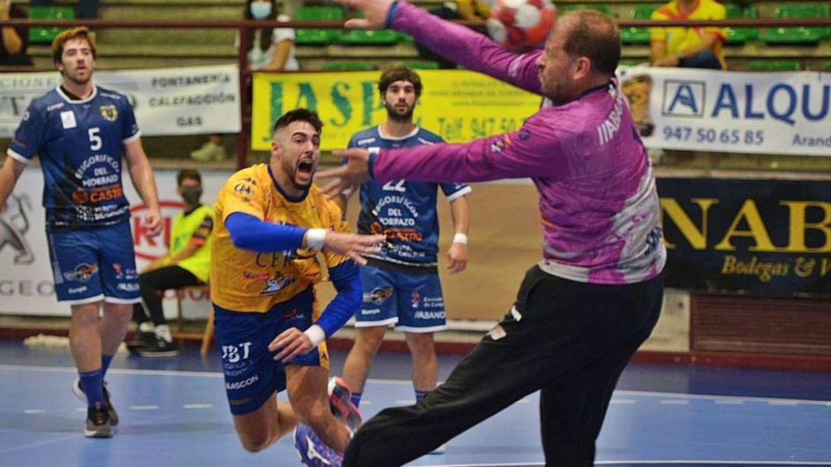 Javi Díaz detiene con la cara un lanzamiento de un rival en el encuentro de ayer en Aranda.