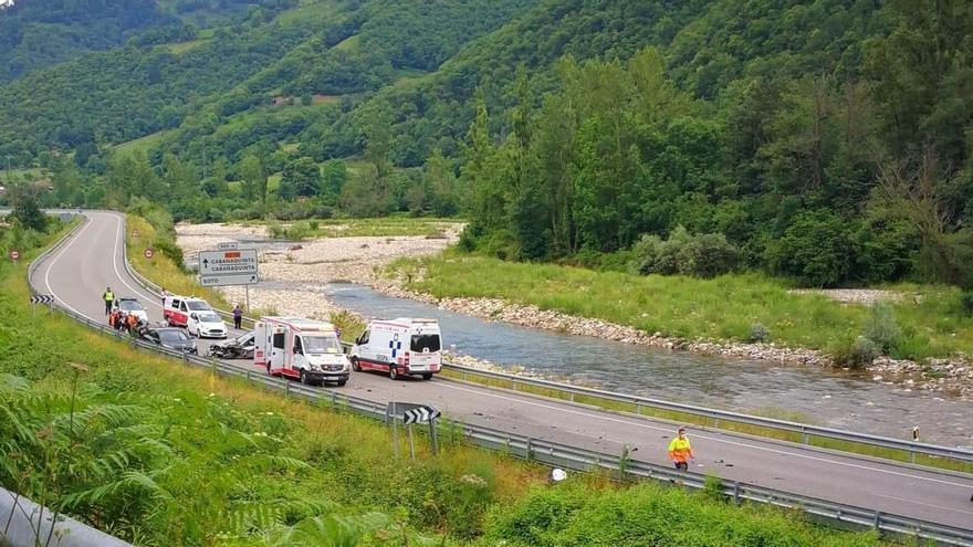 Un motorista muerto en un accidente con dos coches implicados
