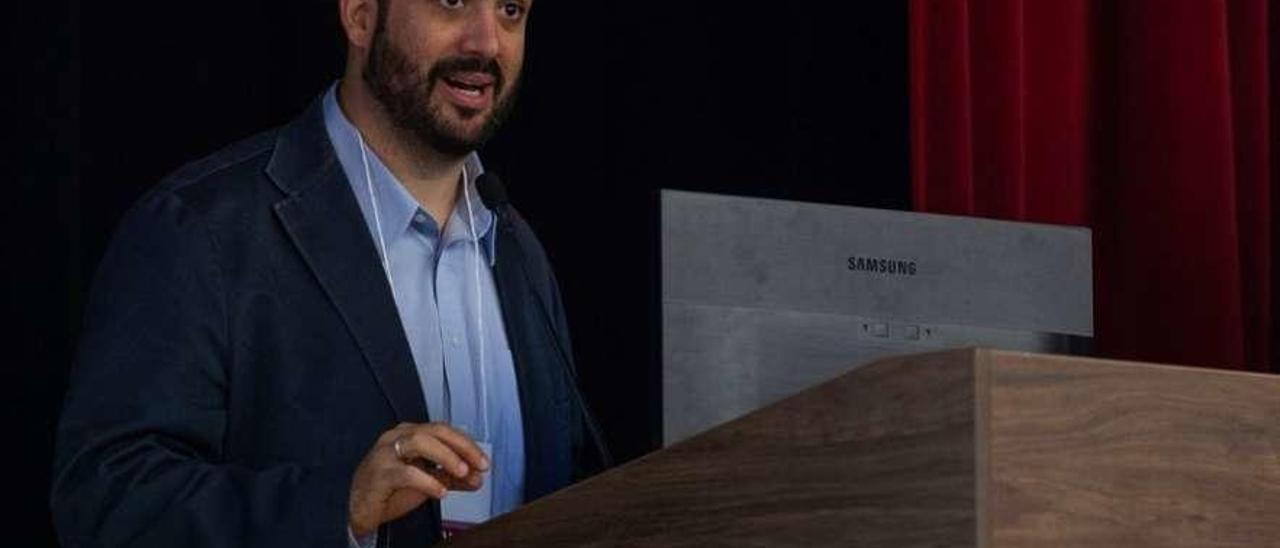 Usama Bilal Álvarez durante una conferencia.