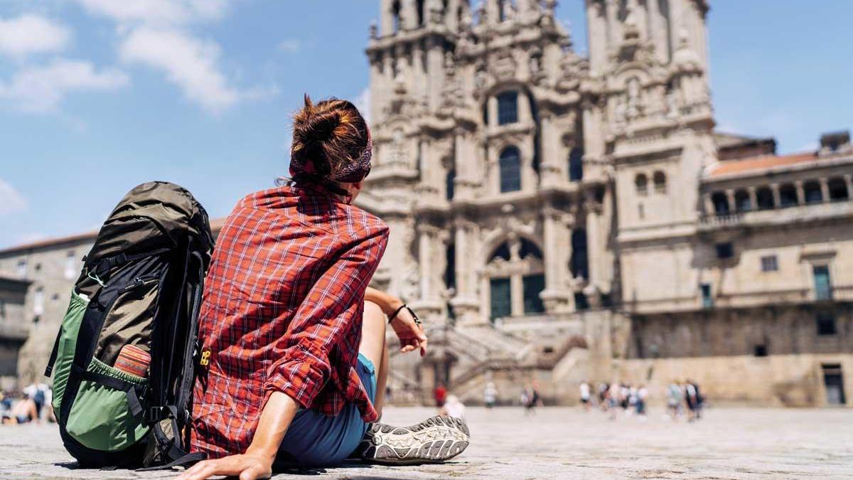 Una mochilera frente a la catedral de Santiago.