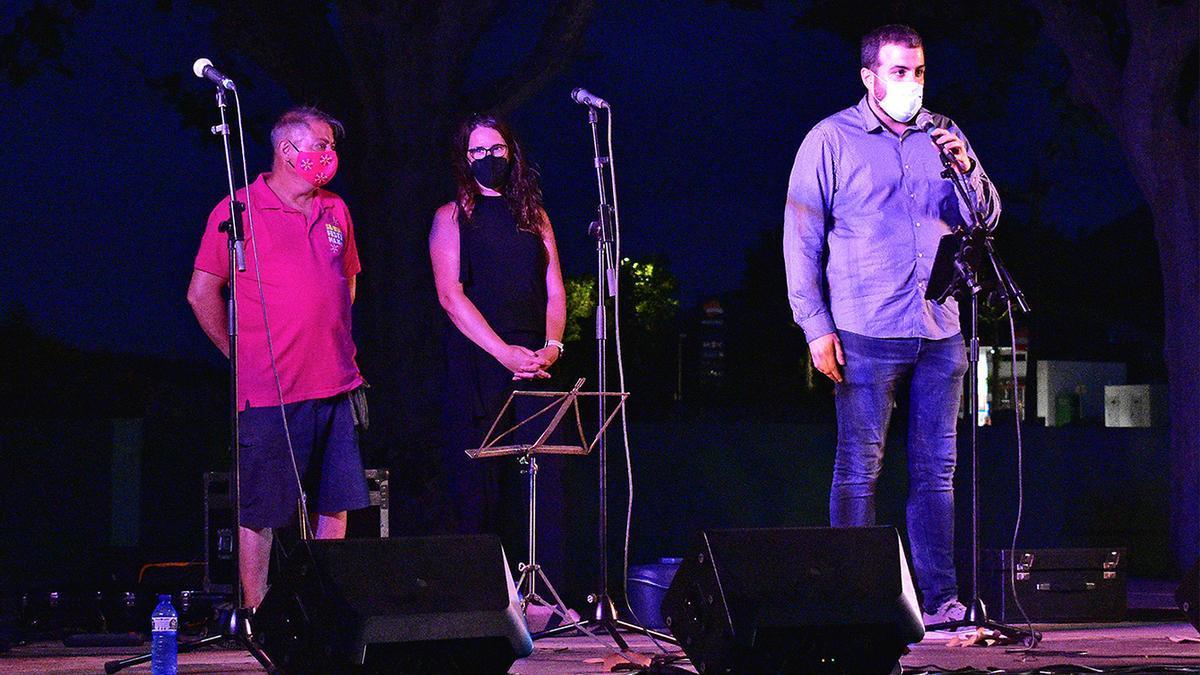 L'alcalde Albert Coberó parla abans de l'inici de la cantada d'havaneres, al costat de la regidora de Festes, Alba Santamaria, i del membre de la Comissió de la Festa Major, Carles Tàpia