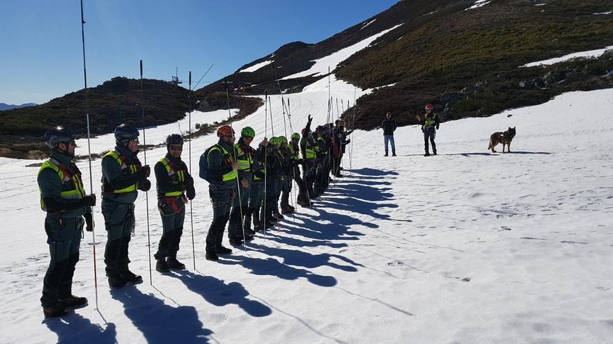 Los guardias de montaña gallegos se entrenan en la nieve en Manzaneda