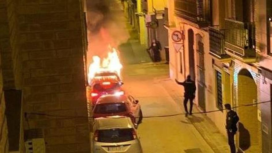 Un vehículo arde en plena madrugada en Vila-real