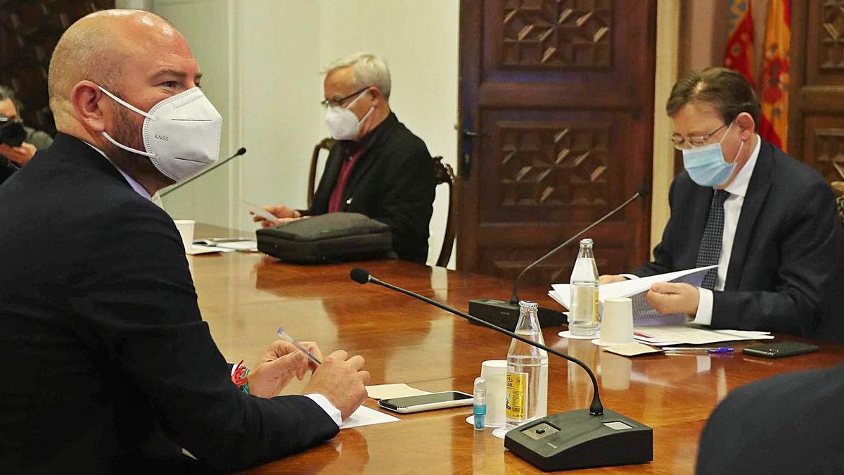 Imagen de archivo de una reunión entre Toni Gaspar y Ximo Puig, entre otros.   J.M. LÓPEZ