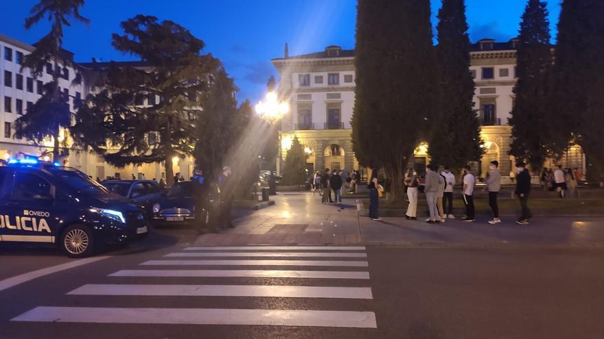 """Jóvenes celebran en Oviedo el fin del estado de alarma al grito de """"libertad"""""""