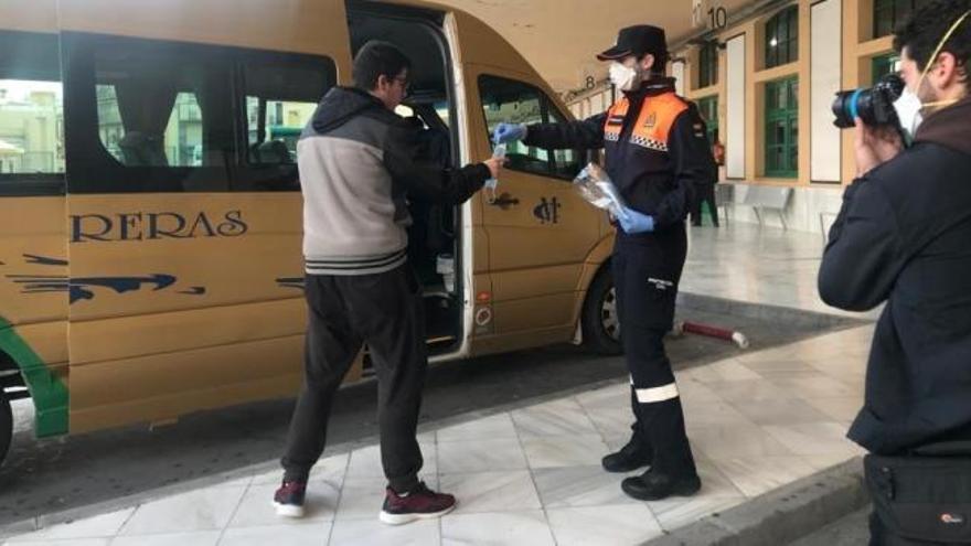 Policia Municipal de Madrid reparteix mascaretes en estacions de Metro i autobús