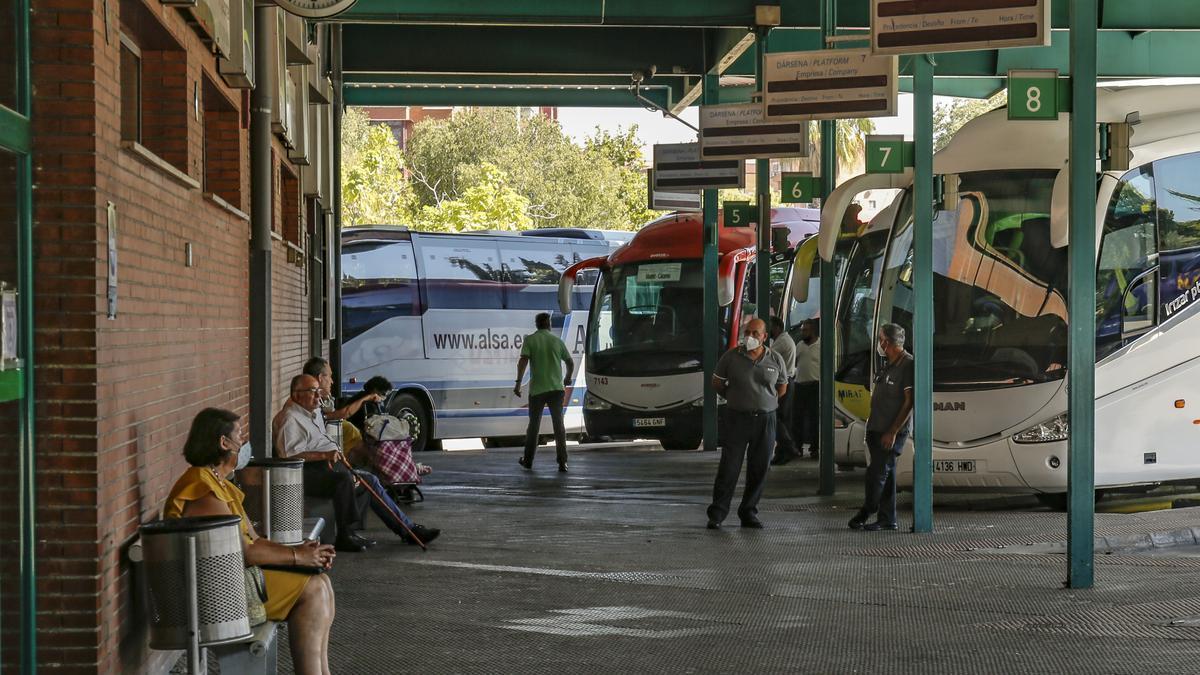 Usuarios del autobús esperan en la estación de Cáceres.