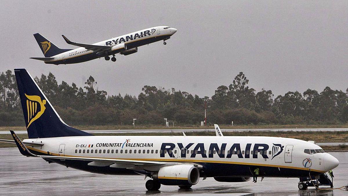 Dos aviones de Ryanair, en el aeropuerto de Santiago.