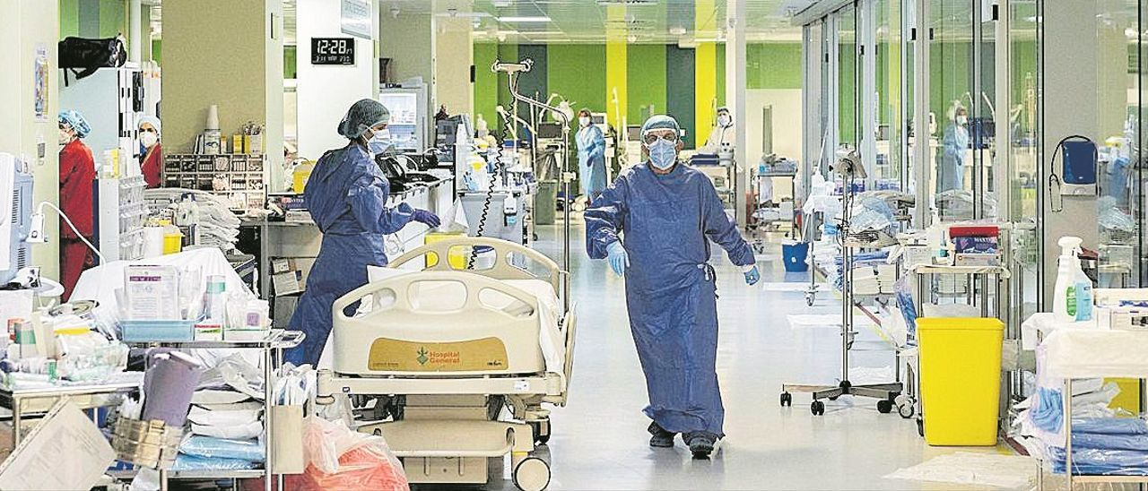 Personal sanitario atiende a pacientes covid en la UCI del Hospital  General. GERMÁN CABALLERO
