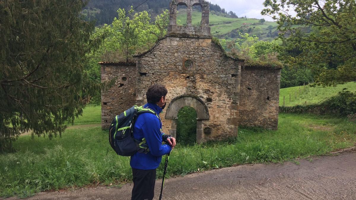 Manuel Blanco, mirando la iglesia vieya de La Collada.
