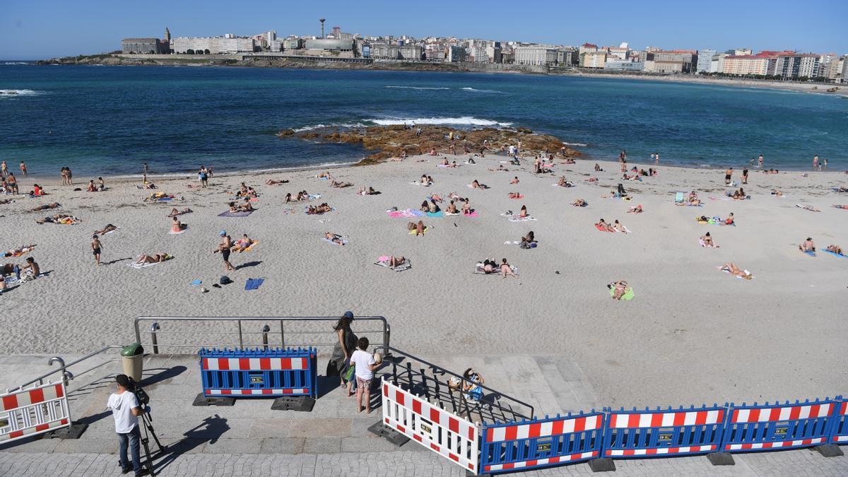 Bañistas en la playa coruñesa de Riazor.