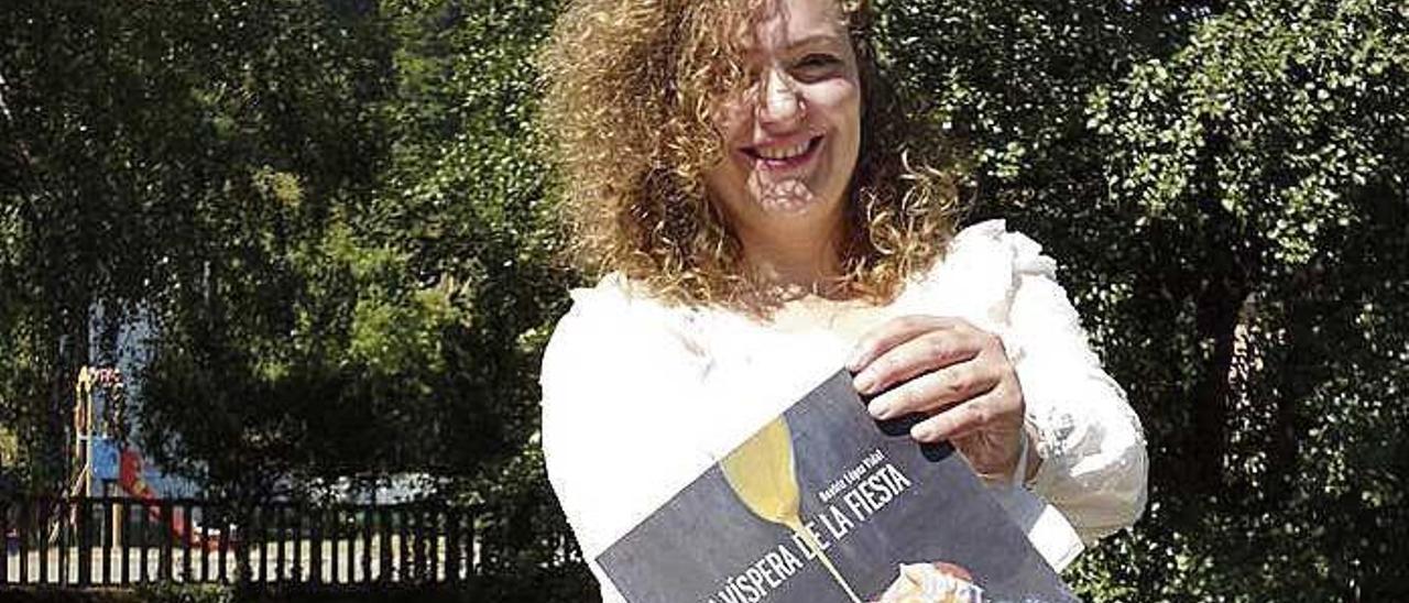 Beatriz López Vidal, con su libro.