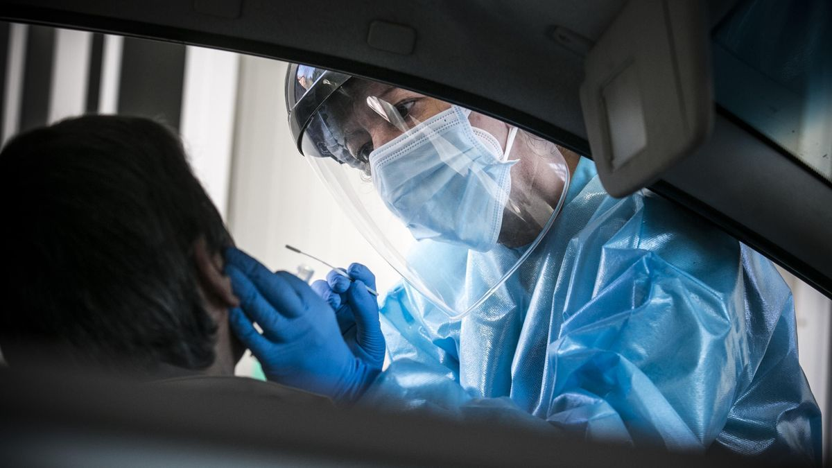 La enfermera realiza una prueba a un vecino del Nalón.