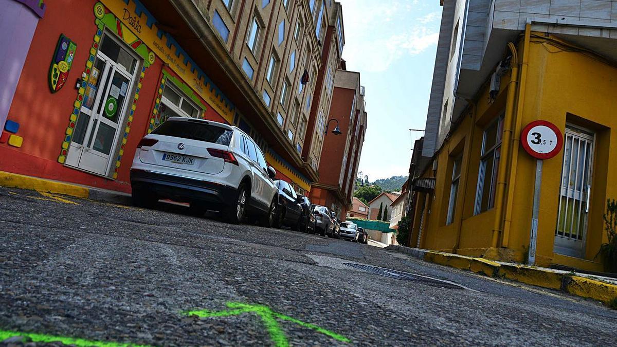 La calle Lisboa, con las marcas que indican el próximo inicio de las obras de pavimentación.     // G.NÚÑEZ
