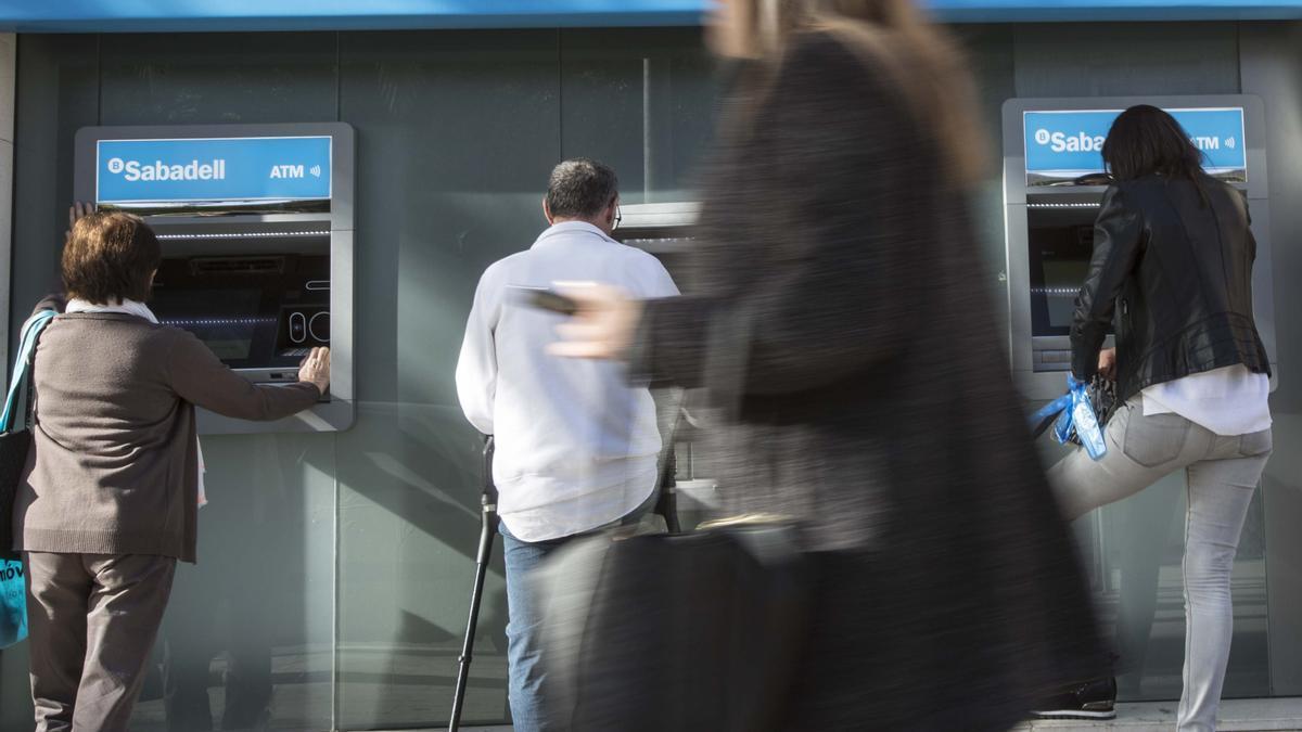 Cajeros en una oficina del Banco Sabadell en Alicante.