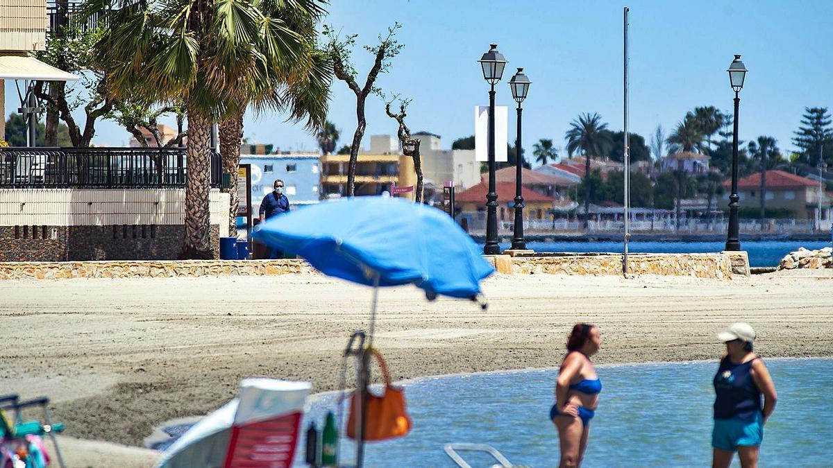 Bañistas ayer en una de las playas de Los Alcázares, en el Mar Menor, que no tendrá este año ni una bandera azul. | IVÁN URQUÍZAR