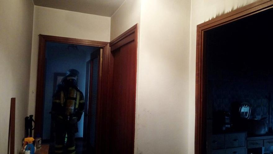 Una sartén al fuego causa un incendio con dos heridos en un edificio de García Barbón