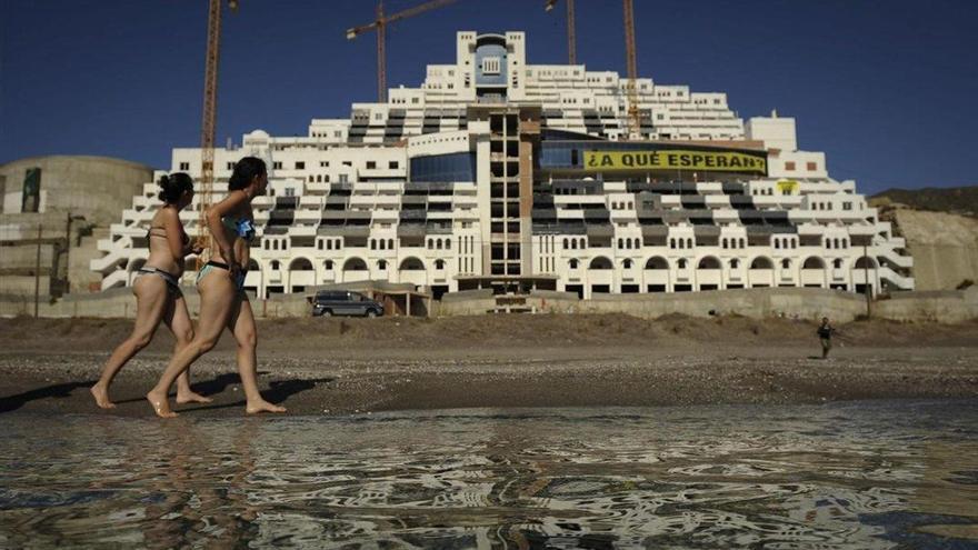 Andalucía anuncia los primeros fondos para demoler el Algarrobico