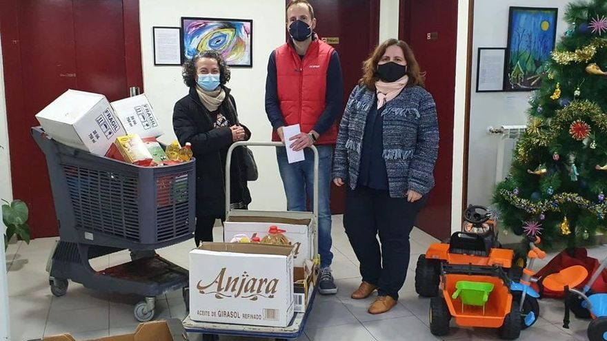 Donación de ropa y alimentos de los belenistas al Albergue Covadonga