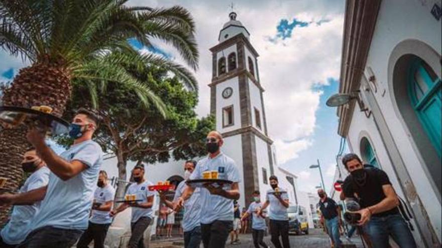 El Festival de las Artes Líquidas celebra en Arrecife la primera carrera de camareros de Canarias