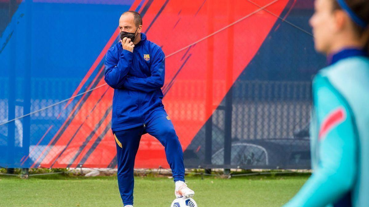 Lluís Cortés sigue un entrenamiento del Barça femenino.