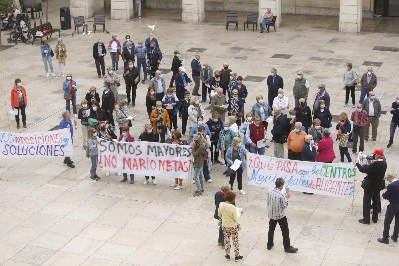Protesta de los centros de mayores frente al Ayuntamiento