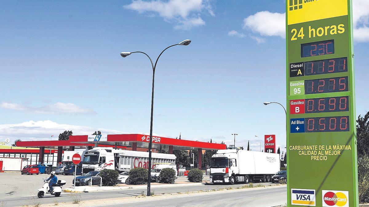 Una estación de servicio situada en la afueras de la ciudad de Zaragoza muestra los precios de los carburantes, el pasado viernes