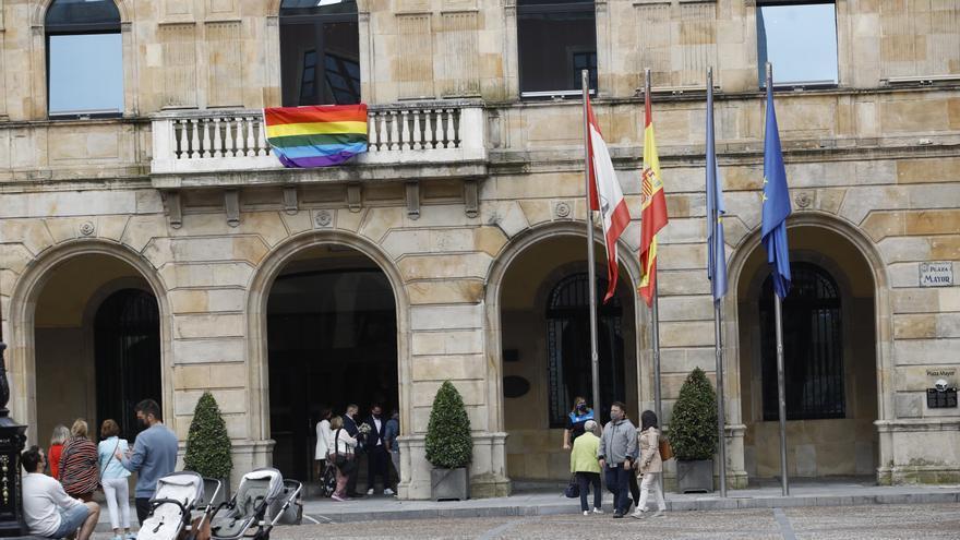 Choque político por la bandera arcoíris en el Ayuntamiento