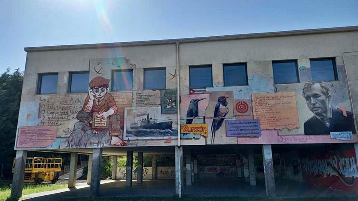 O mural do IES recolle  distintas etapas da vida de  Xosé Neira Vilas.