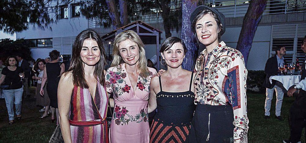 Susana, Ainhoa e Idoia Moll, consejera de Prensa Ibérica, posaron junto a una de las estrellas de la noche, Maika Makovski, premiada con el galardón dedicado a la música.
