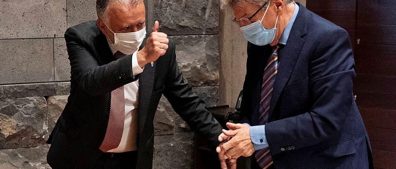 El presidente del Gobierno, Ángel Víctor Torres (izquierda), y el consejero y portavoz Julio Pérez, ayer. | | EFE