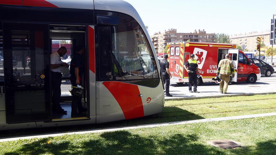 Los bomberos rescatan a una mujer arrollada por el tranvía en Zaragoza