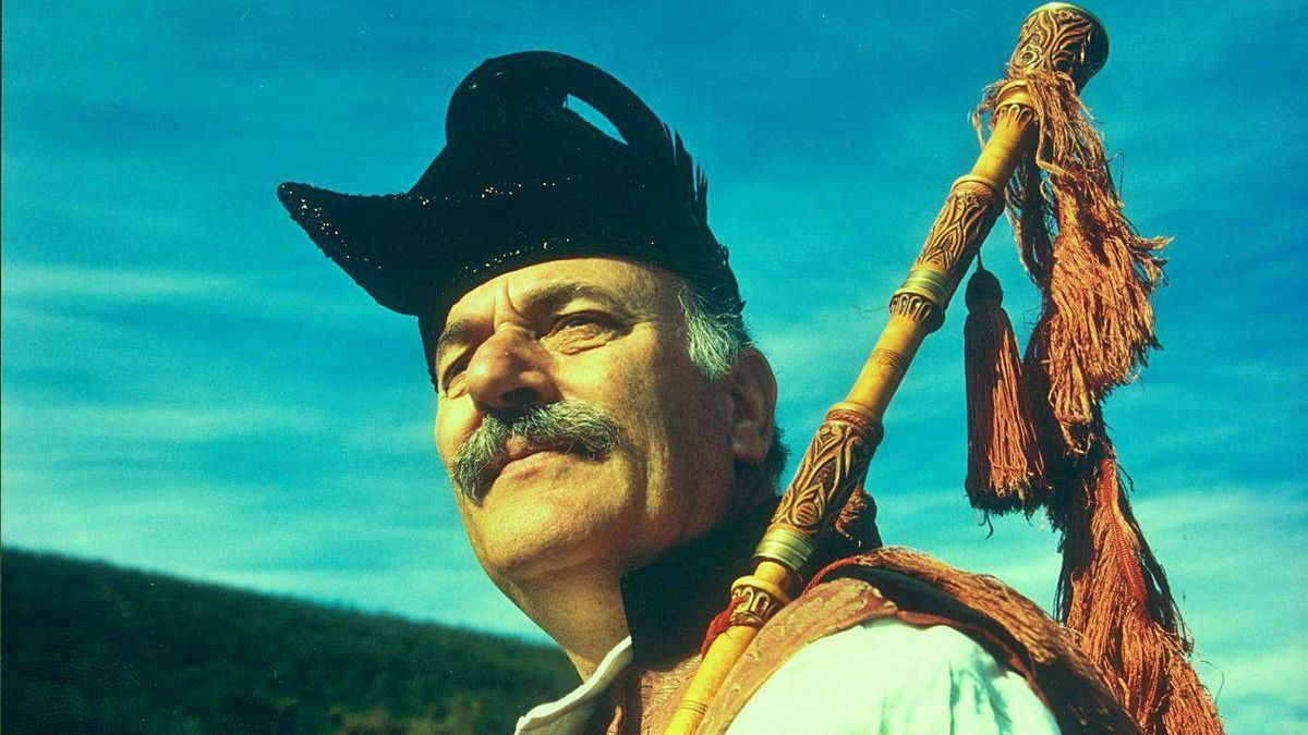Pepe Temprano, ataviado co traxe tradicional galego.