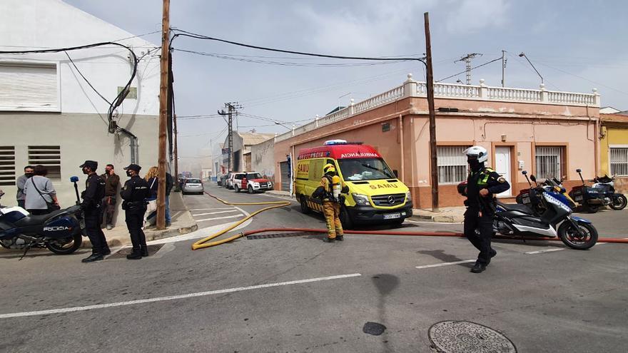 Dos intoxicados en el incendio de un almacén en el polígono de Rabasa en Alicante