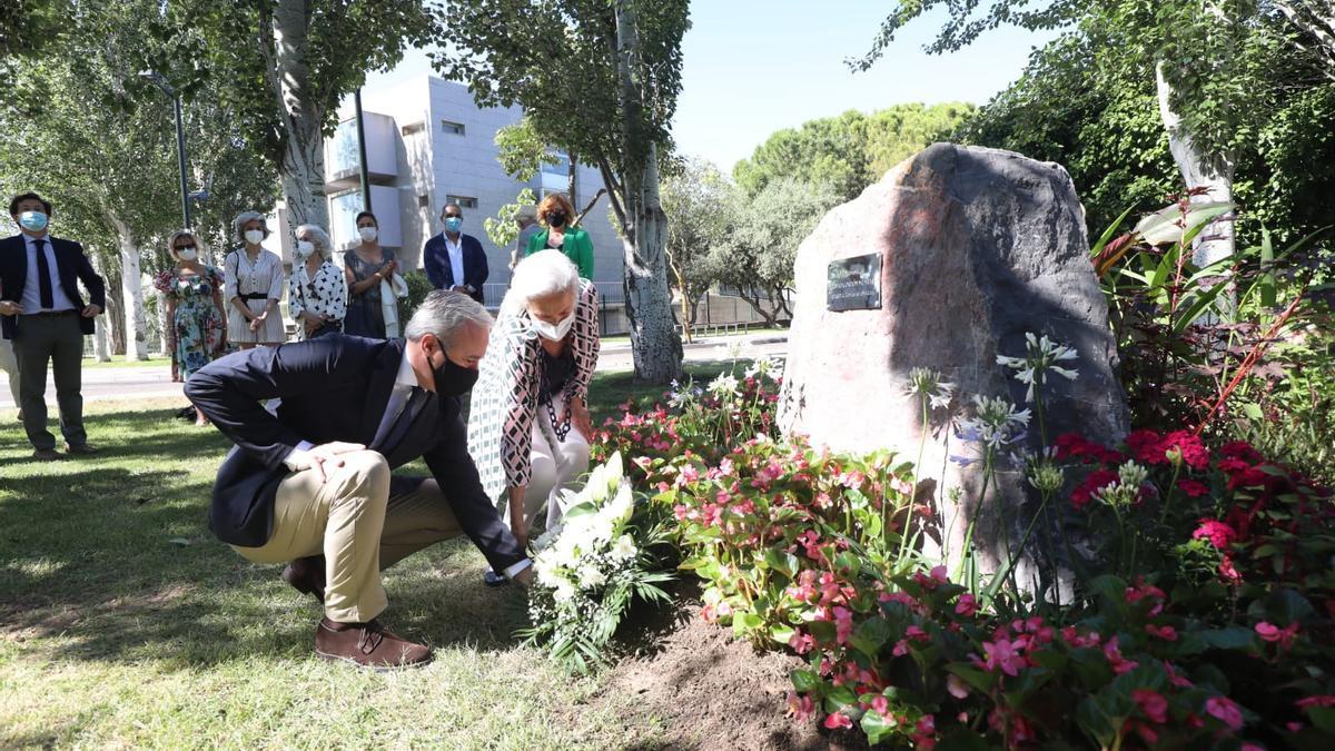 El alcalde de Zaragoza, Jorge Azcón, y la viuda de Publio Cordón, Pilar Muro, en el homenaje al empresario. - EUROPA PRESS