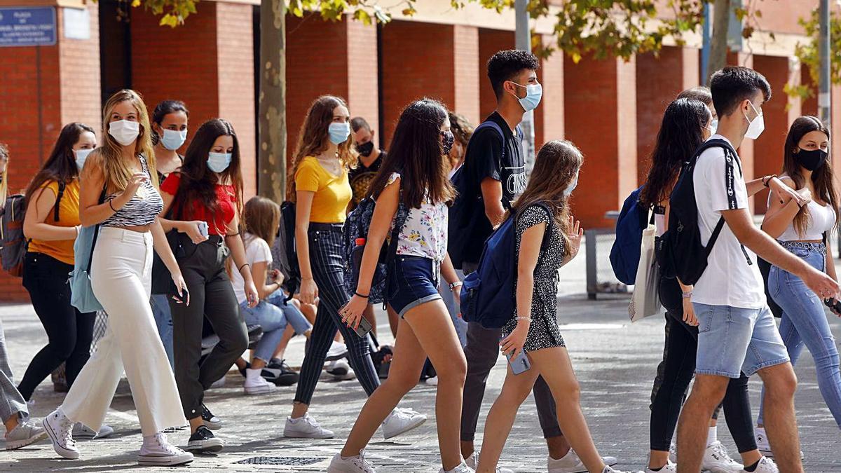 Diversos estudiants ixen de classe als aularis de la Universitat de València a Tarongers.