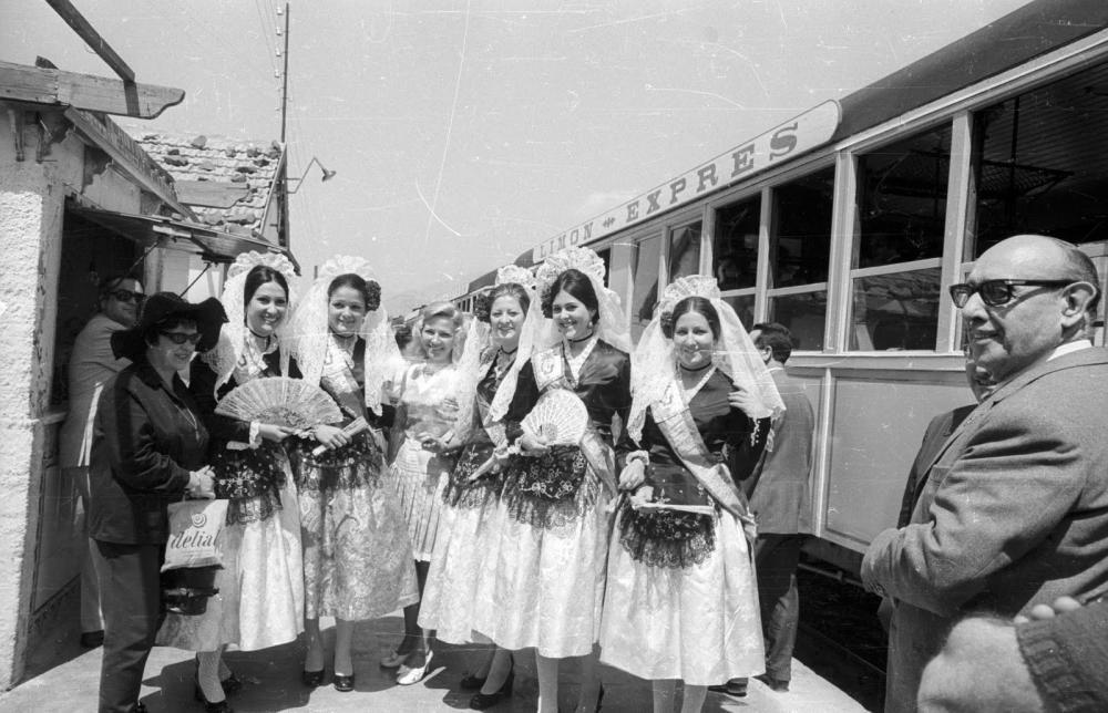 Rosa Benito, cuñada de Rocío Jurado, fue Dama del Foc en 1971. En la imagen, la primera por la izquierda, con abanico.